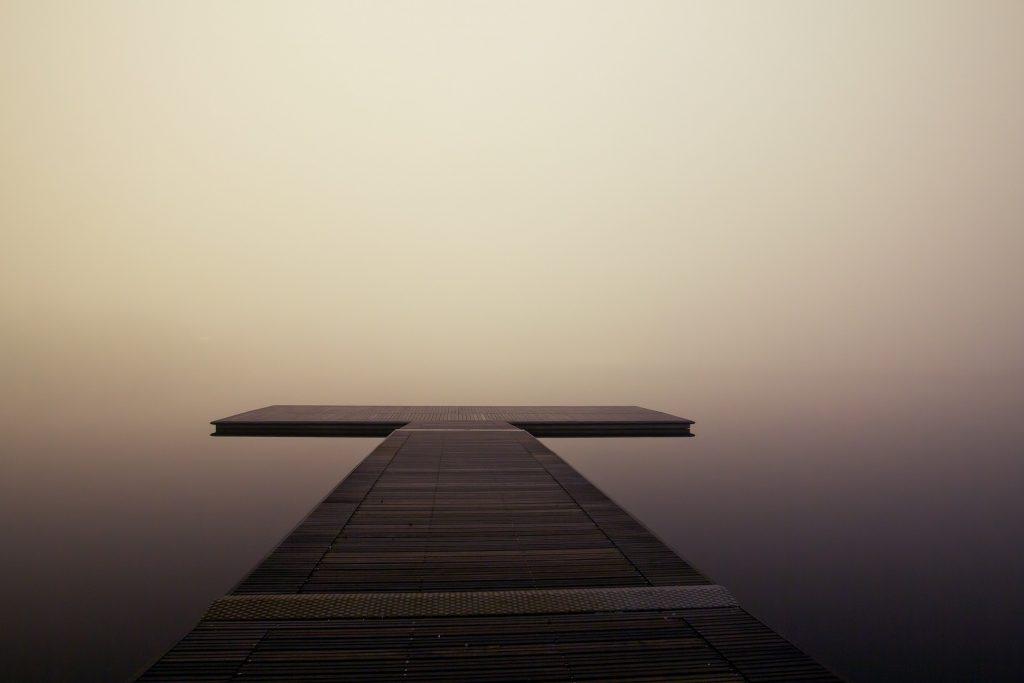 Ponton sur lac calme